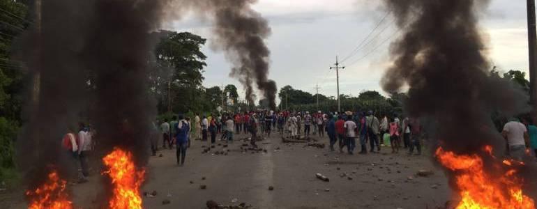 Manifestantes chocoanos bloquean la vía Medellín Urabá