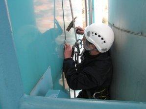 radnik namešta limeni panel
