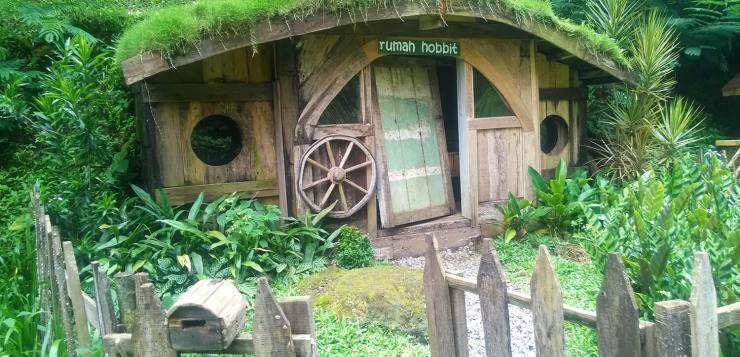 rumah hobbit bandung