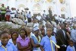 Des milliers d'Haïtiens ont participé à une messe en plein air sur les ruines de la basilique Notre-Dame pour commémorer le premier anniversaire du séisme.
