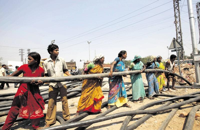Construction d'une route à Hyderabad, dans le sud-est de l'Inde. Actuellement, les routes nationales, qui accueillent 40 % du trafic, ne représentent que... 1,7 % du réseau.