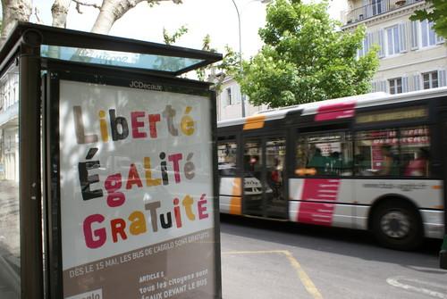 Affiche annonçant la gratuité des transports publics à Aubagne, France.