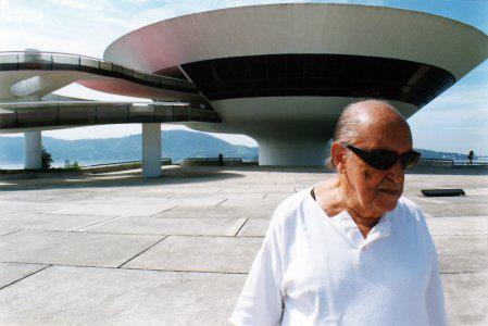 Oscar Niemeyer, que l'on voit ici à Brasilia, est mort le 5 décembre 2012.