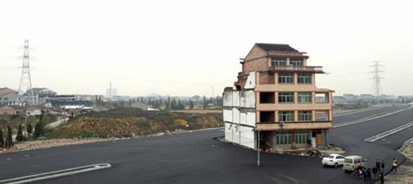 """Un exemple de """"maison clou"""" récent sur le tracé d'une nouvelle route dans la province du Zhejiang (@AFP)"""