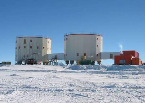 La base Concordia en Antarctique revêt dans son organisation et dans sa forme ce qui pourrait se rapprocher le plus d'une station martienne