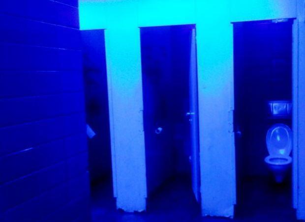 Des toilettes publiques munies de néons bleus anti-toxicomanes en gare de Bonn en Suisse.