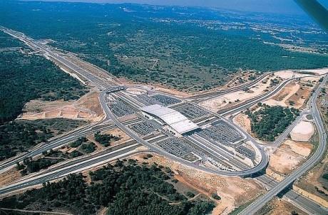 La gare TGV d'Aix-en-Provence, perdue au coeur de la garrigue, cernée par des routes et parkings. Crédits photos : Jean-Claude Carbone