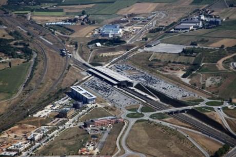 La vue aérienne de Valence TGV permet de voir que la gare recouvre les lignes TGV et la ligne TER. Crédits photo : veilleeco.free.fr