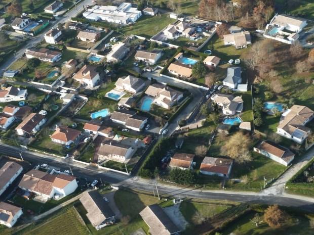 Vue aérienne de la commune de Martillac en Gironde, qui s'est engagée dans une démarche BIMBY en 2014 (crédit photo : Denis Caraire)