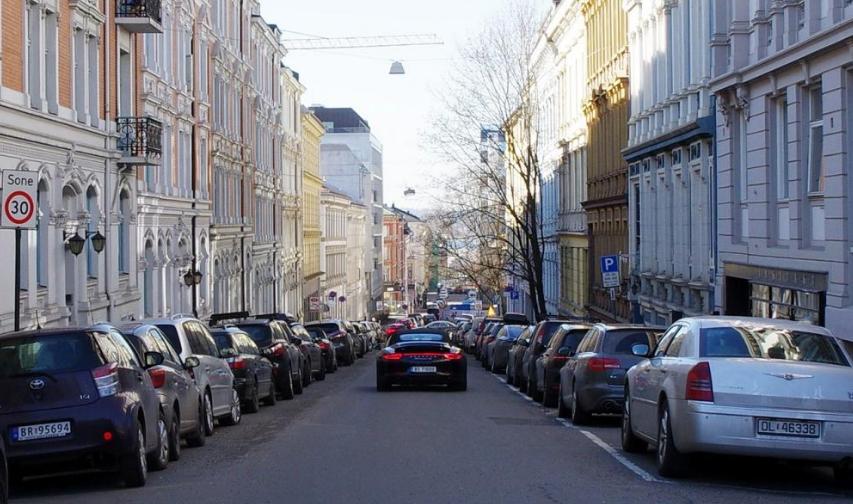 """Avant / Après : des stationnements retirés à Oslo """"Huitfeldts Gate"""" et remplacé par une piste cyclable - Agency for Urban Environment - Oslo"""