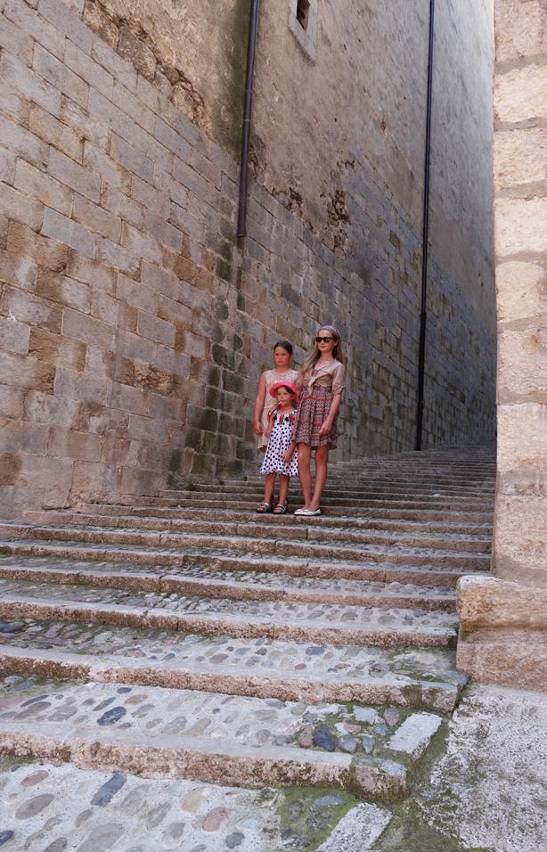 girona-llegenedes-girls-on-steps-urbangardensweb