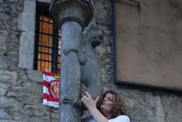 robin-kissing-statue0in-girona
