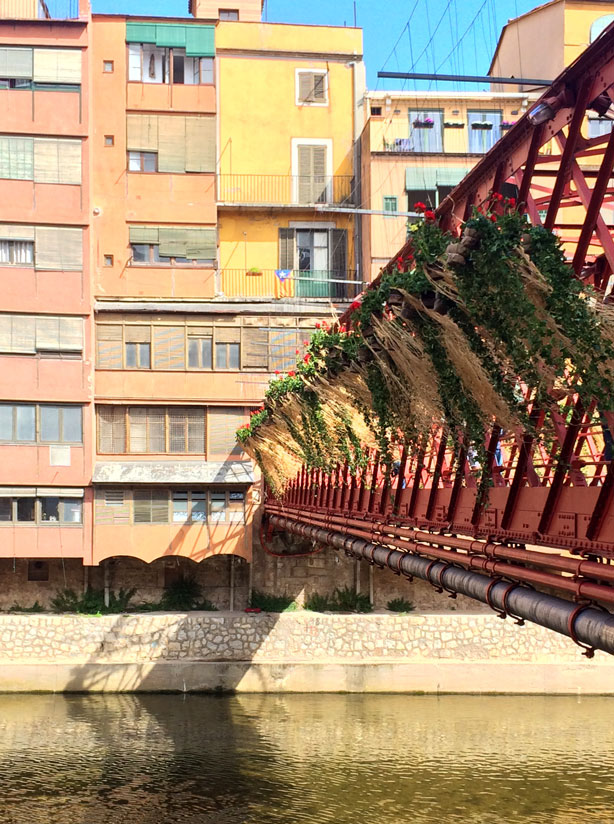 temps-de-flors-eiffel-bridge-side-hanging-plants-urbangardensweb