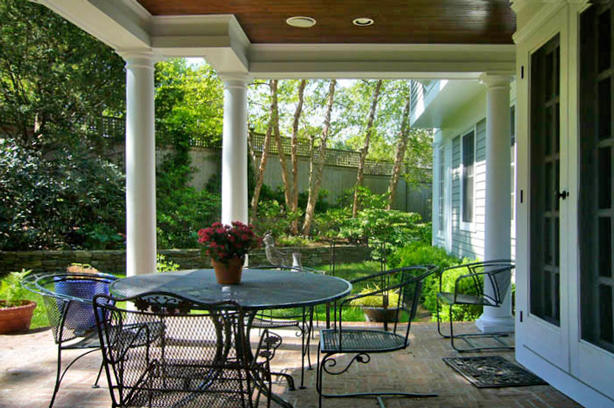 Connecticut-house-and-garden-makeover-covered-porch-robin-plaskoff-horton-urbangardensweb