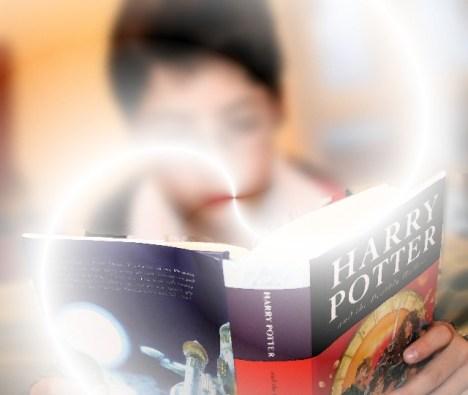 Alberto leyendo Harry Potter