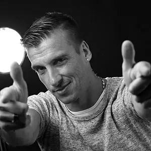 Photo d'un homme en noir et blanc en studio