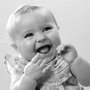Photo en noir et blanc du sourire d'un bébé