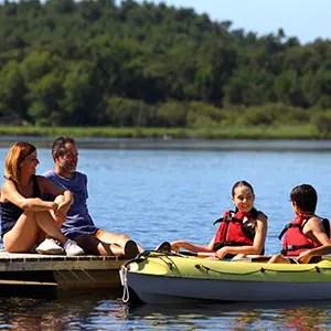 Famille qui fait du Canoé sur le lac de Sanguinet