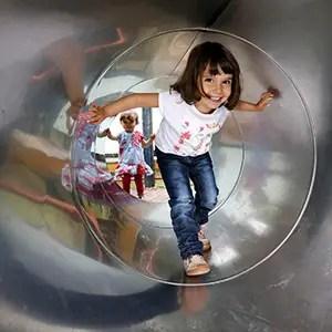 Prendre des photos de Tourisme avec une jeune fille aux jeux pour enfants