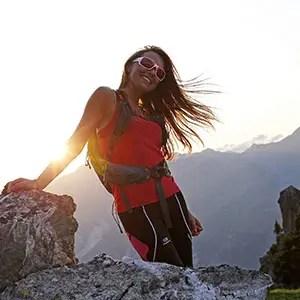 Portrait à contre-jour d'une jeune femme en randonnée