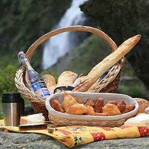 Image de Panier Repas pour un Pique-nique avec tourtons, pain, fromage en décors