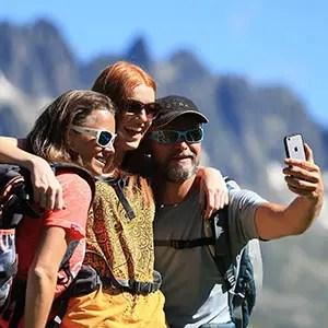 Selfie d'un groupe de randonneurs sur les hauteurs de l'Alpe d'Huez