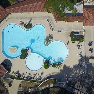 Photo drone : vue d'une piscine de camping dans les Landes