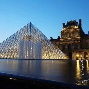 Photo de la pyramide du Louvre, à Paris, à la tombée du jour