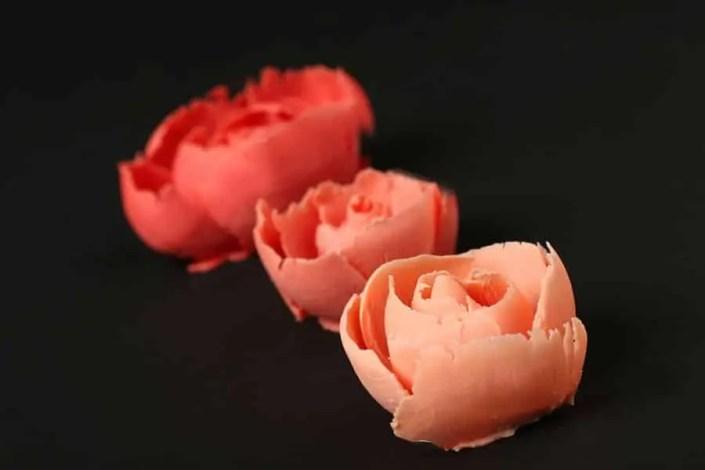 Packshot de 3 roses en chocolat rose