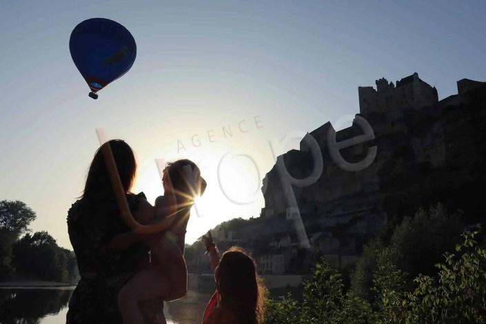 Beynac en contre-jour avec une montgolfière