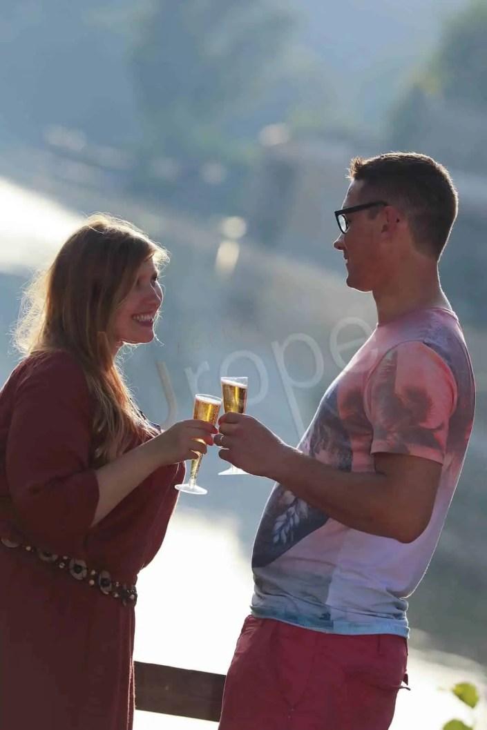 Couple avec une coupe de Champagne devant la Dordogne