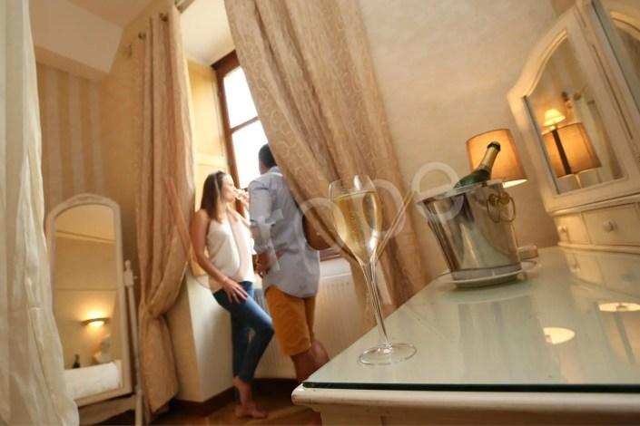 Visuel de mise en valeur d'un chambre d'un gîte en Isère avec du champagne