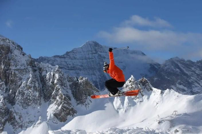 Saut en ski freeride sur les hauts de Tignes