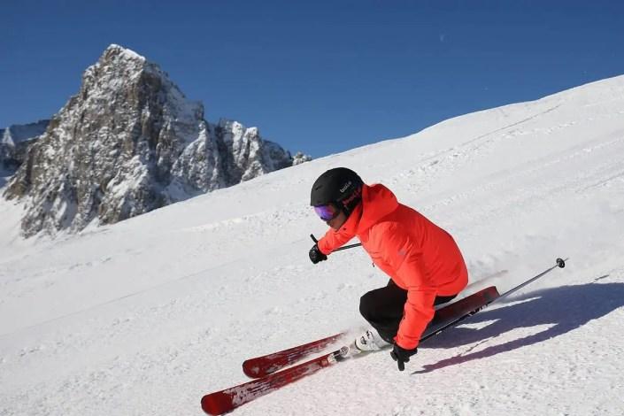Skieur en descente sur la piste de ski de Tignes