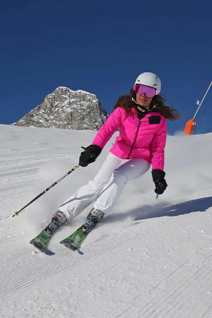 Skieuse en descente vue de face à Tignes