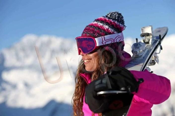 Portrait d'une femme sur les skis