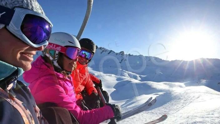Photographie d'un groupe de personnes sur un télésiège à à Val d'Isère
