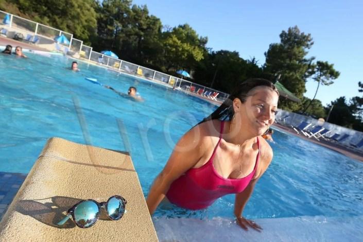 Photo d'une femme dans une piscine