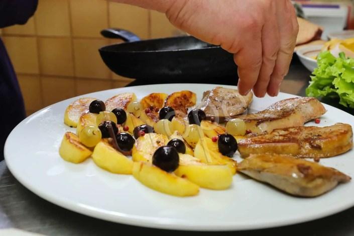 Assiette culinaire de foie gras poëlé et pommes lors d'une dégustation à Sarlat, en Périgord