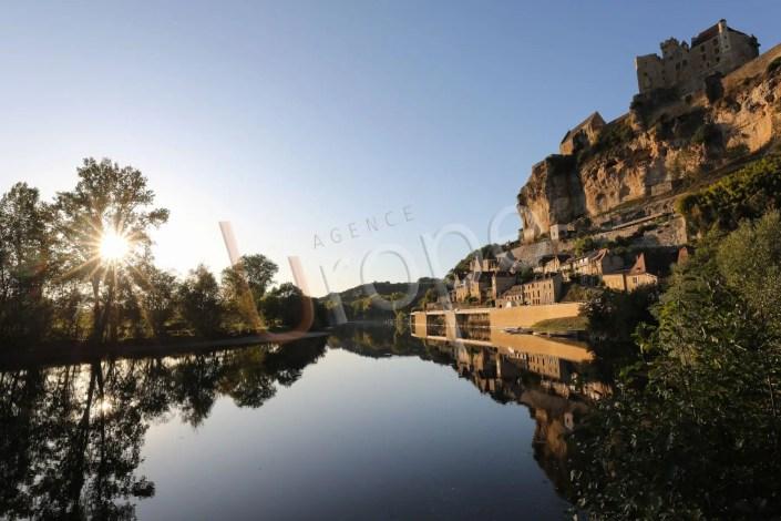 Photo du chateau de Beynac depuis la Dordogne avec un coucher de soleil