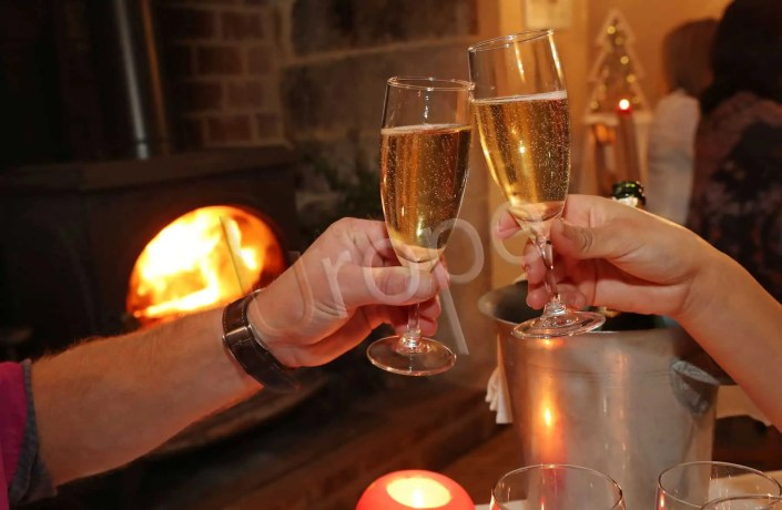 Photo de deux coupes de champagne qui trinquent pour le réveillon du jour de l'an