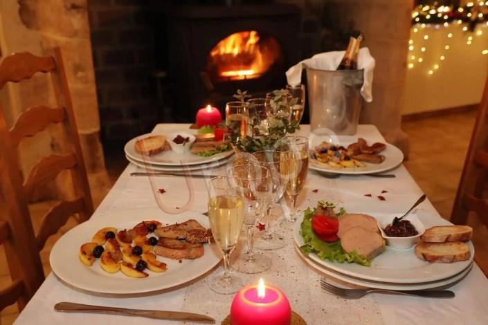 Image d'une table de réveillon avec fois gras et vin blanc