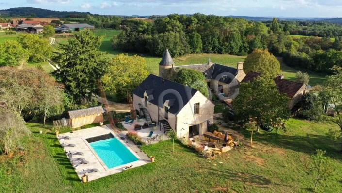 Vue aérienne en drone d'un gîte avec piscine à Sarlat en Périgord Noir