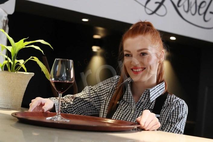 Portrait d'une serveuse d'un restaurant
