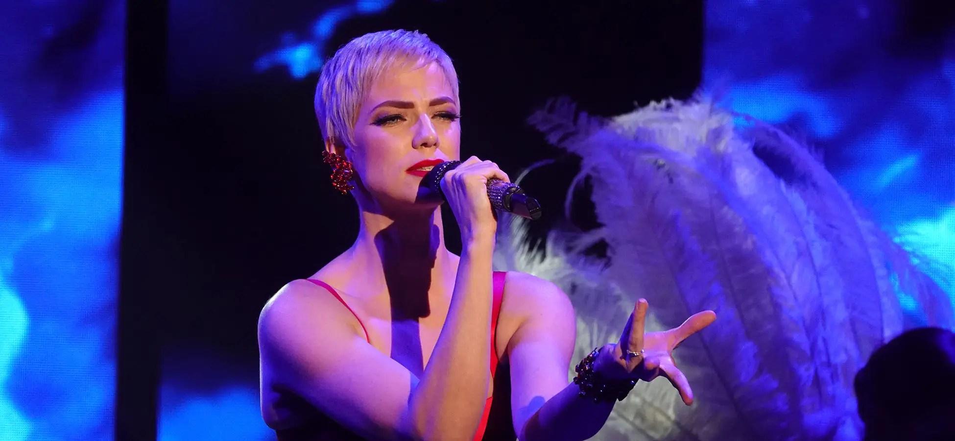 Photo-portrait de Caroline, la chanteuse du Lido, lors d'une revue d'événementiel à Paris par l'Agence Urope