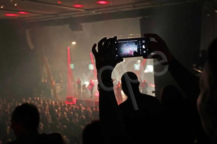 Photographier la scène au travers d'un portable à la Belle Electrique à Grenoble