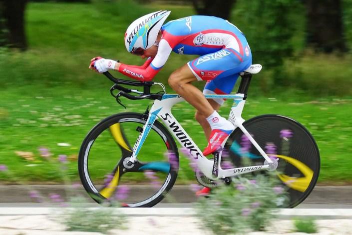 Photo de course de vélo avec flou de filé lors d'un contre la montre sur le Dauphiné Libéré avant la remise des prix