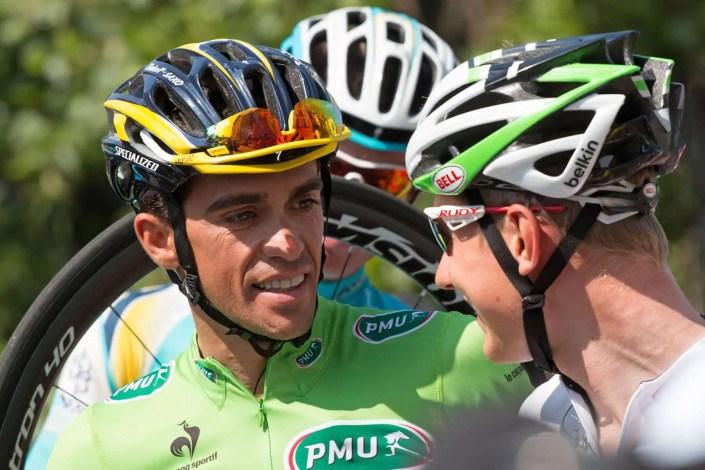 Complicité de coureurs lors d'un Shooting photo au départ du Tour de France cycliste à Grenoble