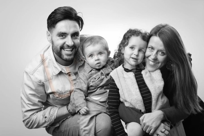 Portrait de famille avec un garçon et une fille en noir et blanc
