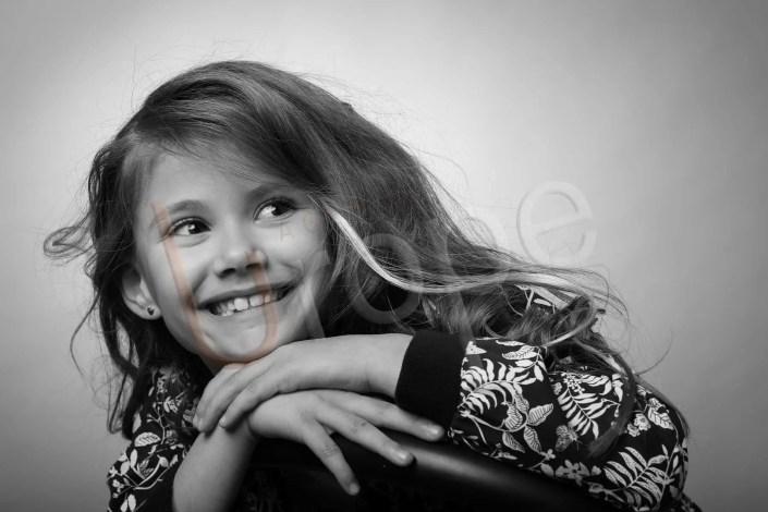 Photo d'une jeune fille en noir et blanc en studio